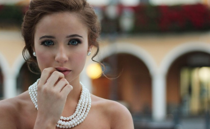 Subtelny akcent w ubiorze eleganckiej kobiety